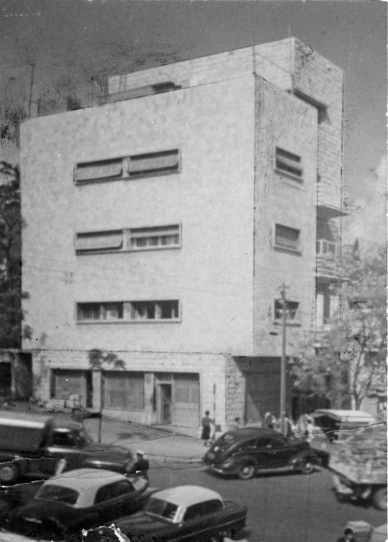 בצילום: בית קרמן סראקבי, סירקין 34, סמוך לשוק תלפיות של אדר' משה גרשטל. מימין השרטוט מאוסף גרשטל.
