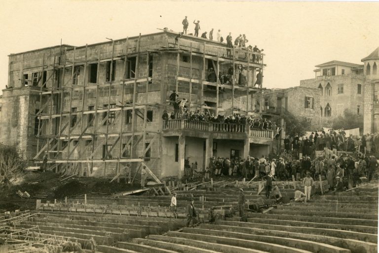 בניית בית הפועלים ולידו האמפיתיארון הפתוח 1926 1927 אוסף שושנה וירמיהו רימון מוזיאון העיר חיפה (1)