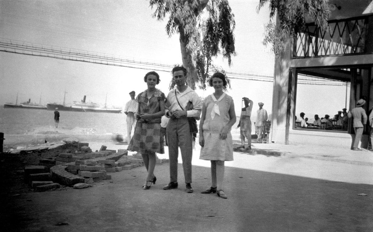 ישראל טולצינסקי עם אחותו אסתר ועם לאה פבזנר ברחוב המלכים קינגסוואיי כיום רחוב העצמאות חיפה